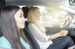 2 девушки в автомобиле Стоковая Фотография