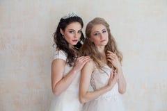 2 девушки в белых платьях брюнет и блондинке Стоковые Изображения