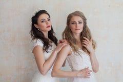 2 девушки в белых платьях брюнет и блондинке Стоковое Фото