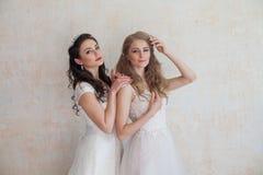 2 девушки в белых платьях брюнет и блондинке Стоковая Фотография