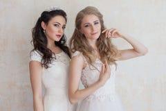 2 девушки в белых платьях брюнет и блондинке Стоковая Фотография RF
