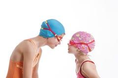 2 девушки в взгляде костюмов заплывания на одине другого Стоковые Изображения RF