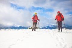 2 девушки в горах в зиме Стоковая Фотография
