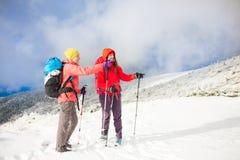 2 девушки в горах в зиме Стоковое фото RF