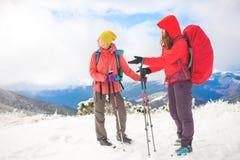 2 девушки в горах в зиме Стоковое Изображение