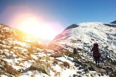 2 девушки в горах Стоковая Фотография RF