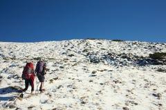 2 девушки в горах Стоковые Фотографии RF