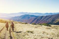 2 девушки в горах Стоковое Фото