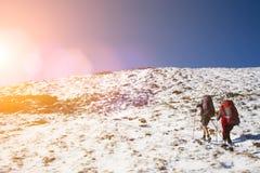 2 девушки в горах Стоковые Изображения