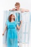 2 девушки в голубых платьях Стоковое Фото