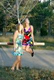 2 девушки в лесе Стоковые Фотографии RF