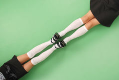2 девушки в длинной с колен носках Стоковая Фотография RF