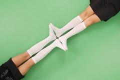 2 девушки в длинной с колен носках Стоковое Изображение