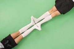 2 девушки в длинной с колен носках Стоковое Фото