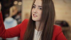 2 девушки в кафе смеясь над и говоря сток-видео