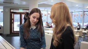 2 девушки в кафе усмехаясь и говоря сток-видео
