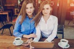 2 девушки в кафе Стоковая Фотография