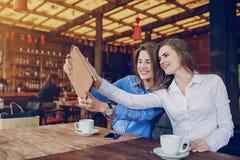 2 девушки в кафе Стоковые Изображения RF