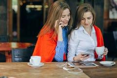 2 девушки в кафе Стоковое фото RF