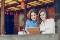 2 девушки в кафе Стоковые Изображения