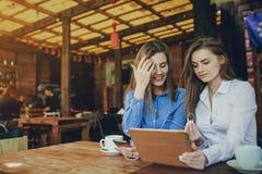 2 девушки в кафе Стоковое Изображение RF