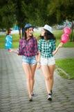 2 девушки в ковбойских шляпах с воздушными шарами Стоковая Фотография RF
