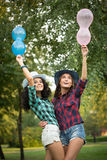 2 девушки в ковбойских шляпах с воздушными шарами Стоковые Изображения