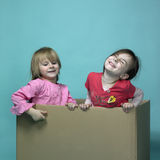 2 девушки в коробке Стоковая Фотография RF