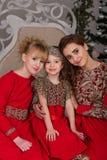 3 девушки в красном платье вечера рождественская елка Стоковое Изображение