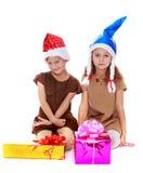 2 девушки в крышках Санта Клауса Стоковое фото RF