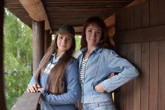 2 девушки в куртке джинсовой ткани Стоковая Фотография