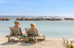 2 девушки в местах переднего ряда на пляже Стоковые Фото