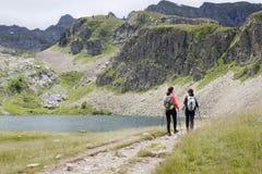 2 девушки в озерах Ayous Стоковые Фотографии RF