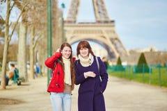 2 девушки в Париже около Эйфелевой башни Стоковые Изображения RF