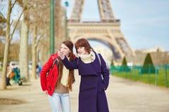 2 девушки в Париже около Эйфелевой башни Стоковые Фотографии RF