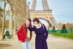 2 девушки в Париже около Эйфелевой башни Стоковая Фотография