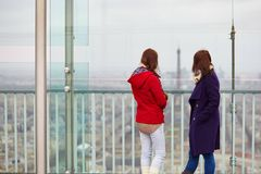 2 девушки в Париже Стоковое фото RF