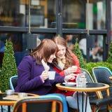 2 девушки в парижском кафе улицы Стоковые Изображения RF