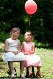 2 девушки в парке Стоковое Изображение RF