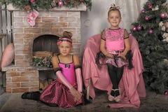 2 девушки в пинке для рождества Стоковые Изображения RF