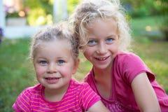2 девушки в пинке Стоковое фото RF
