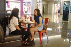 2 девушки в питье Стоковые Изображения RF