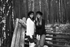 2 девушки в древесине Стоковое Фото