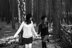 2 девушки в древесине Стоковые Фото