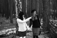2 девушки в древесине Стоковое Изображение