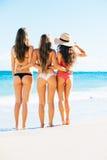 3 девушки в сексуальных бикини на пляже Стоковое Изображение RF