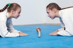 2 девушки в смычке hakama на тренировке айкидо Стоковое фото RF