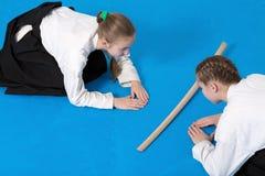 2 девушки в смычке hakama на тренировке айкидо Стоковое Изображение