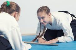 2 девушки в смычке hakama на тренировке айкидо Стоковые Изображения RF