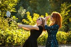 2 девушки в солнечных очках делают selfie Стоковые Фотографии RF